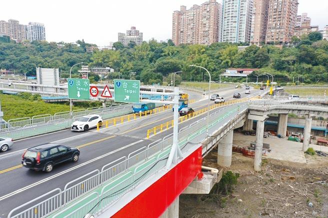 公路總局3日拆除關渡大橋約一半護欄,改以雙白線標示。(交通部公路總局提供/戴上容新北傳真)