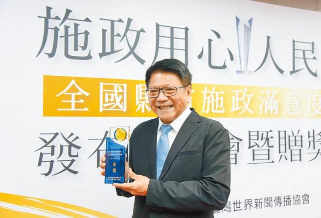 由台灣世界新聞傳播協會委託艾普羅行銷市場研究公司,針對全台縣市首長施政滿意度調查,屏東縣長潘孟安獲得6都外縣市首長施政滿意度金獎肯定。(林和生攝)