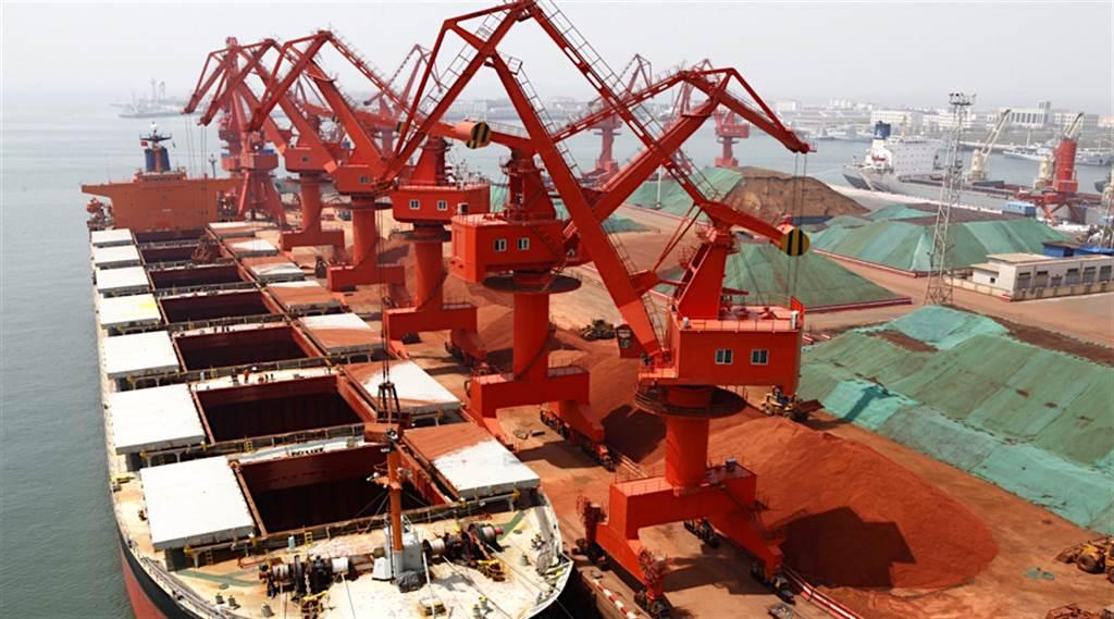 中國是澳洲最大貿易夥伴,雙方貿易中鐵礦砂是最重要的項目。此外,受到制裁而無法輸往大陸的澳洲商品包括大麥、葡萄酒、木材、牛肉、煤炭等多項商品。圖為在青島卸貨的澳洲鐵礦砂。(圖/中新社)