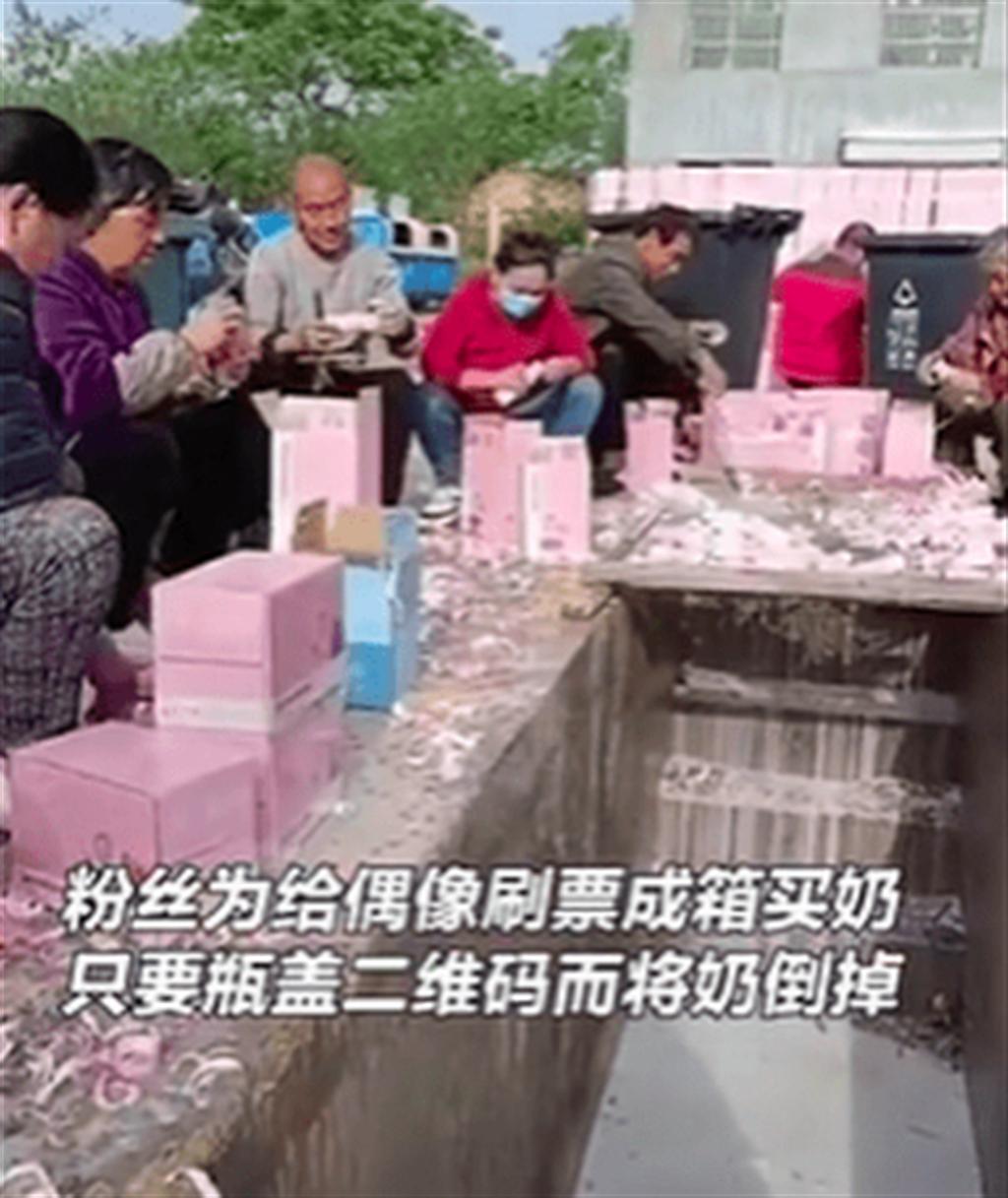 「倒奶事件」源於4月29日一段被曝光的影片,一箱箱的牛奶被人倒入水溝。(取自影片截圖)