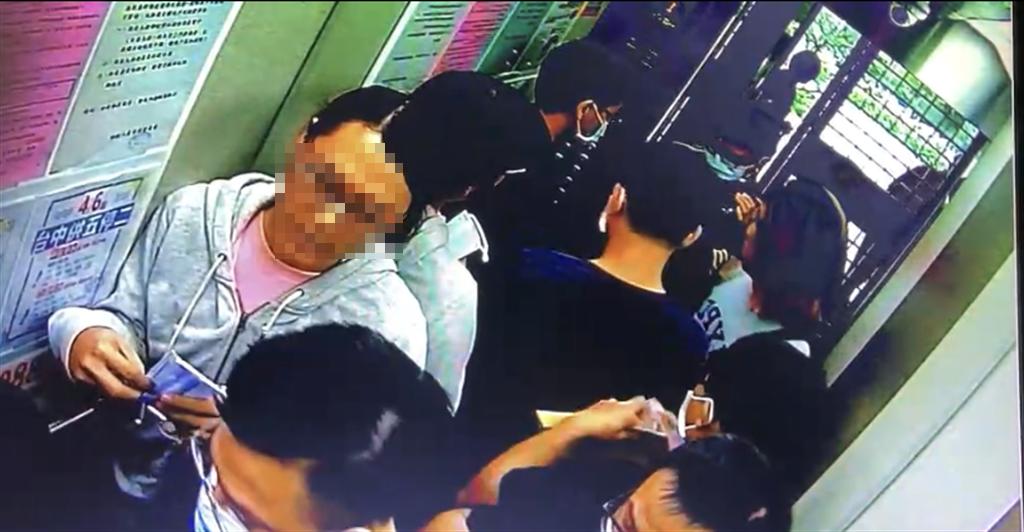 身穿灰白上衣的阮姓男子被警方逮捕,神情仍自然、未見慌張。(民眾提供/林欣儀台中傳真)