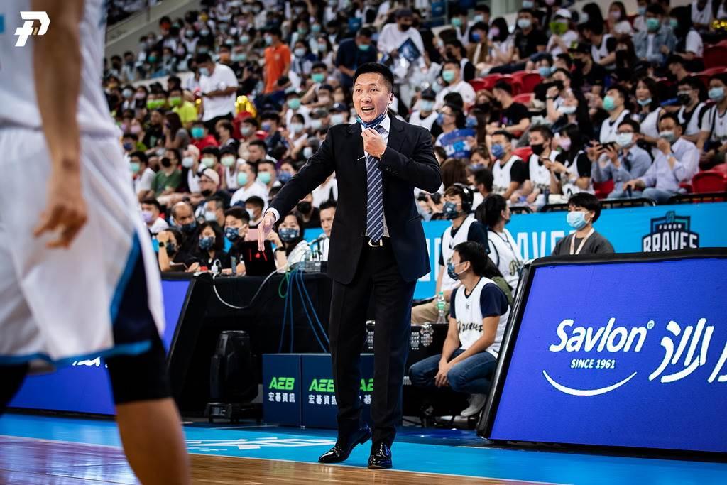 當楊敬敏最後3分01秒投進那顆爭議三分球,富邦總教練許晉哲曾跟裁判激烈抗議。(PLG提供)