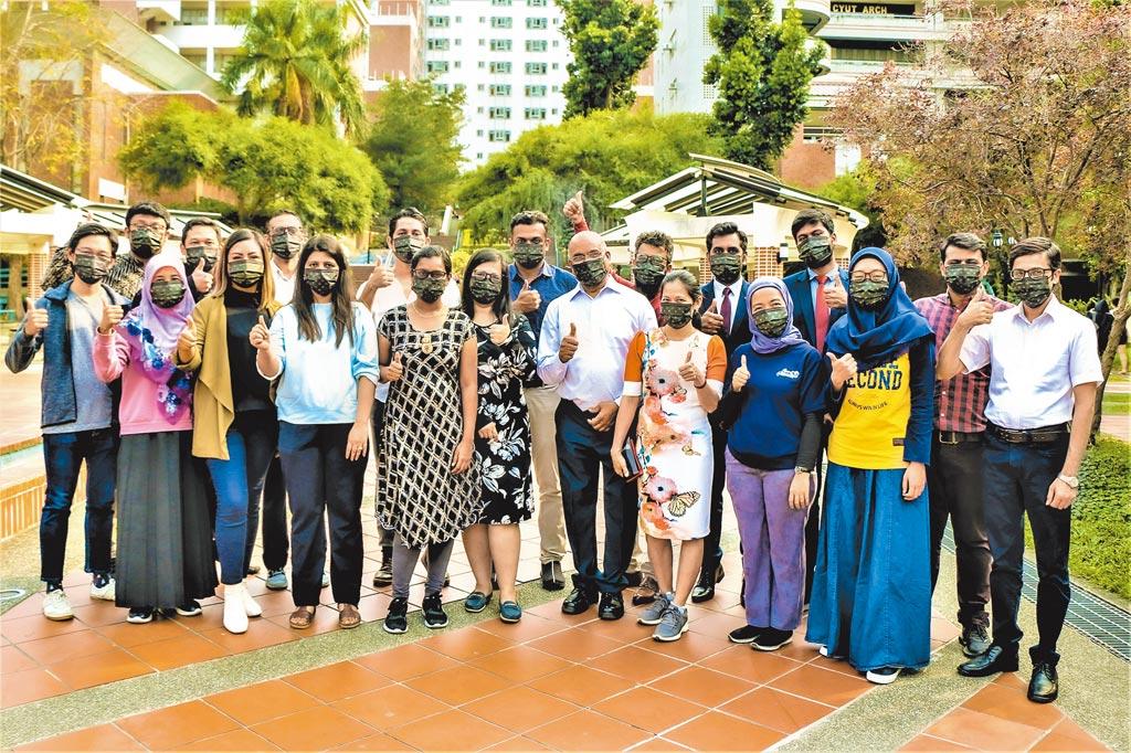 朝陽科大發表全台第一款結合SDGs的CYUT形象口罩,將聯合國17項永續發展目標融入校園生活。(朝陽科大提供)