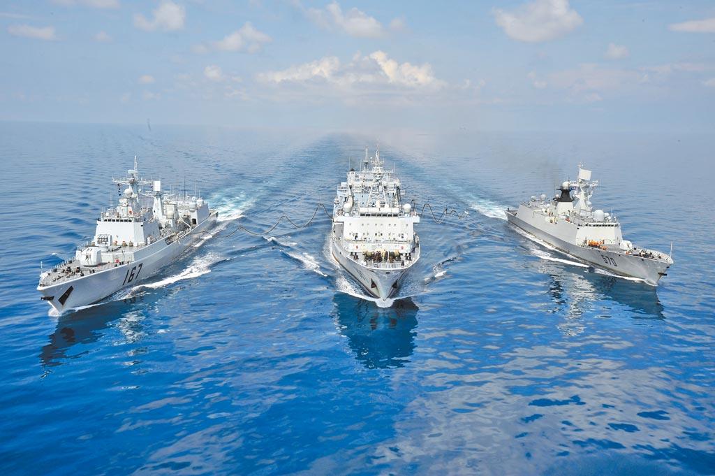 大陸吉布地基地,主要替赴亞丁灣、索馬里海域執行護航任務的軍艦提供後勤保障。圖為2009年8月,中國海軍第二批護航編隊。(中新社)