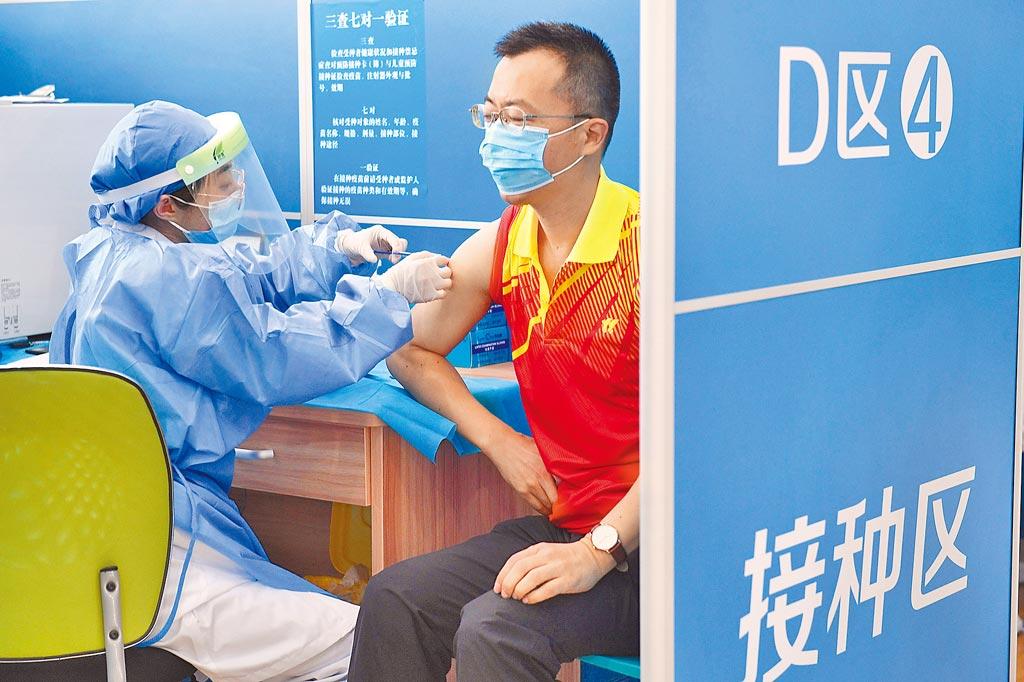 路透引述WHO的評估報告文件表示,北京科興所生產的新冠疫苗能有效防止60歲以下的成年人感染新冠肺炎。圖為日前廣州市民在天河體育中心接種新冠疫苗。(中新社資料照片)