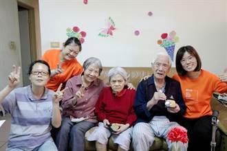 弘道送蛋糕 百歲人瑞擁失智妻喜極而泣:太久沒客人來我家了