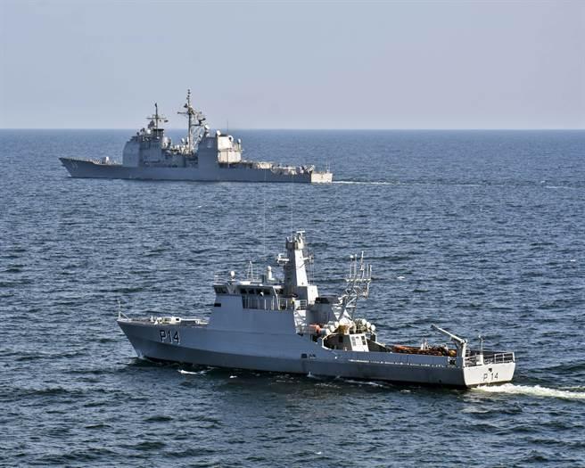 美專家表示,北約已「名存實亡」,無力承擔防衛歐洲的角色。圖為美「維克斯堡號」巡洋艦和立陶宛巡防艦一同訓練。(圖/DVIDS)