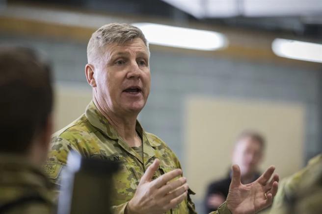 澳洲特种部队指挥官芬德利公开表示,澳中两国未来很可能发生军事衝突,未来除了依靠传统的海陆空力量外,更需要使用网络战和太空战来对抗中国。(图/澳大利亚国防部)