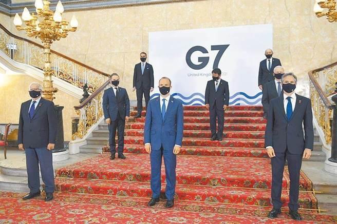 在倫敦參加七大工業國(G7)外長會議的各國外長,4日戴著口罩並保持社交距離拍攝大合照。前排左起:歐盟外交高級代表博雷利、英國外相拉布、美國國務卿布林肯;中排左起:德國外長馬斯、日本外相茂木敏充、加拿大外長賈諾;後排左為義大利外長迪馬尤,右為法國外長勒德里昂。(美聯社)