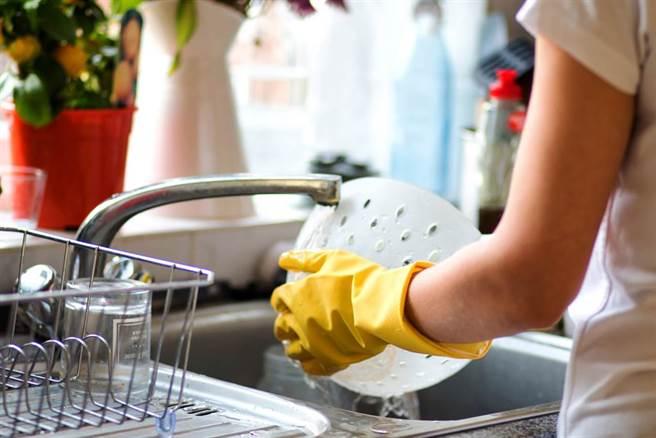 洗碗洗菜洗蔬果,黃豆粉PK小蘇打粉,優缺點比一比。(示意圖/Shutterstock)