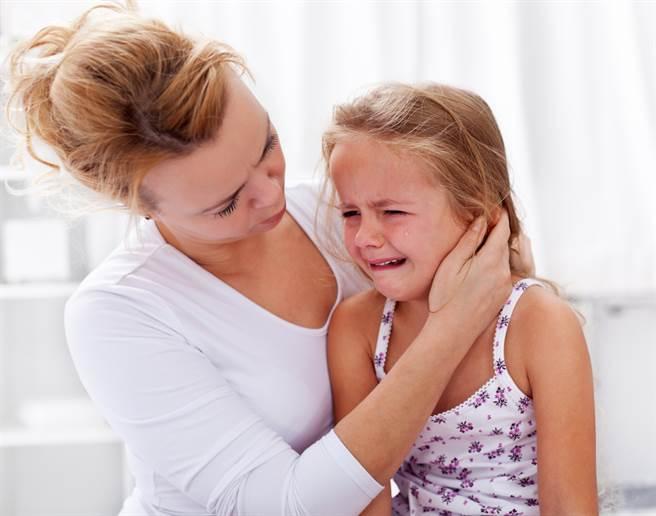女童遭20位同學重壓頸椎裂,媽痛心曝哀嚎音檔提告。(示意圖非當事人/Shutterstock)