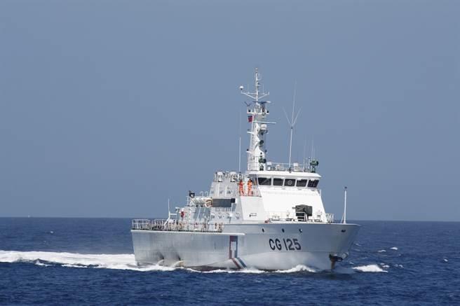 基隆捕蟹船福建外海遇船難,11名船員下落不明,海巡署派出連江艦趕往搜救。(海巡署提供)