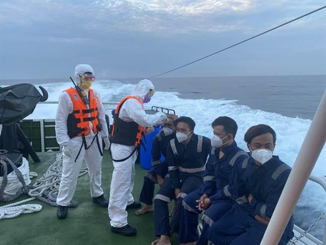 基隆捕蟹船火燒船11船員跳海逃生,9人獲救船長兄弟下落不明。(海巡署提供)