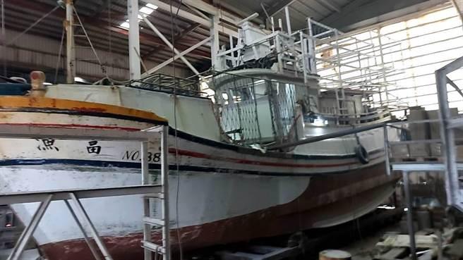 基隆八斗子籍漁船漁富888號捕蟹船昨疑似在大陸福建沿海發生火燒船事件。(讀者提供/陳彩玲基隆傳真)