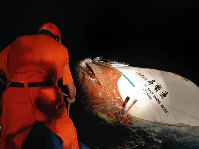 琉球籍「漁順昇168號」漁船5日晚間觸礁鵝鑾鼻南方海域,海巡6日晚間發現船骸。(海巡提供/謝佳潾屏東傳真)