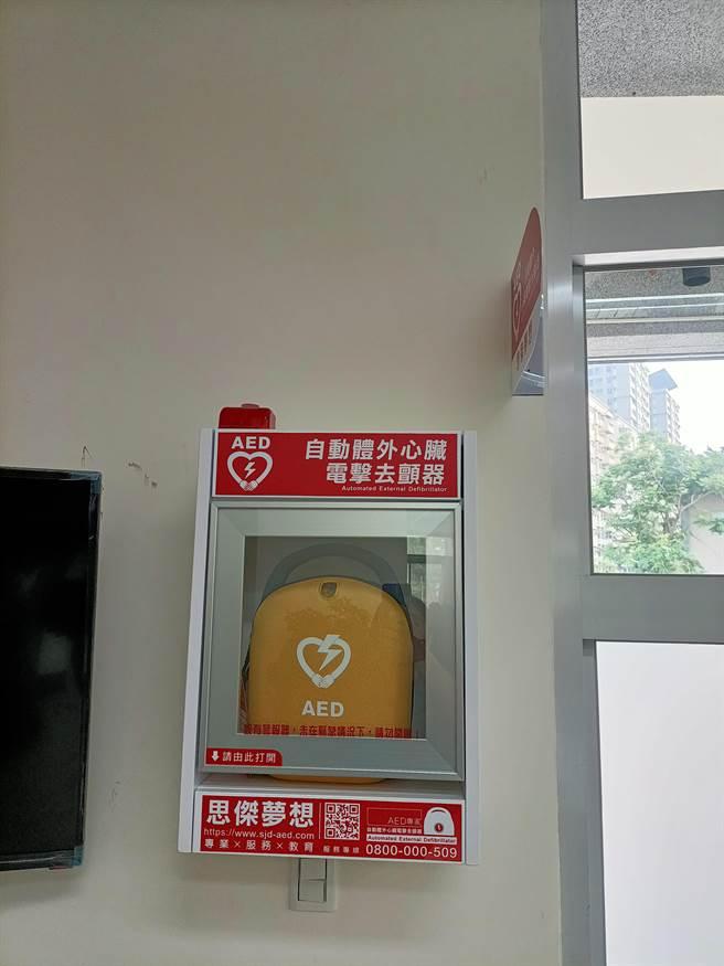 善心民眾捐贈AED,供員警遇到緊急狀況時使用,能於第一時間搶救生命,減少憾事發生。(民眾提供/盧金足台中傳真)