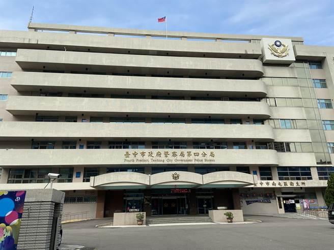 民眾開車突遇車子故障擋道,台中市警察局第四分局員警及刻救援,解除危機。(盧金足攝)