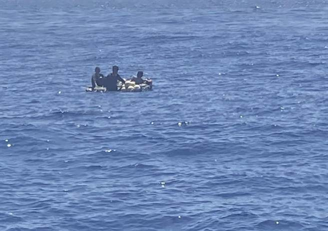 綠島之星3號交通船於綠島西方11浬海域救起3名船員(2臺1印),人員平安將送往後壁湖漁港送醫。(民眾提供/蔡旻妤台東傳真)
