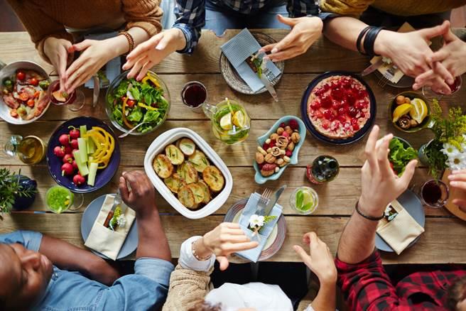 5個朋友聚餐費共2500元,其中一人卻拿出折價券,讓大家省下750元,因此表明不願再多付錢,引起網友討論。(示意圖/Shutterstock)