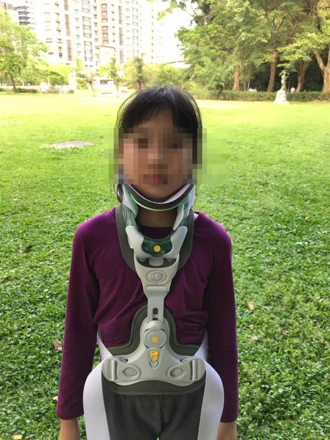 女童重心不穩摔倒,導致頸部椎間盤纖維破裂。(翻攝照片/陳彩玲基隆傳真)