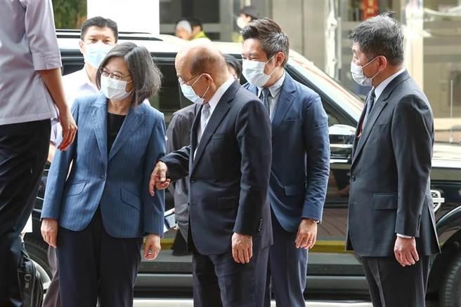 行政院長蘇貞昌(中)7日與蔡英文總統(左)一起參訪台灣國家婦女館。(鄧博仁攝)