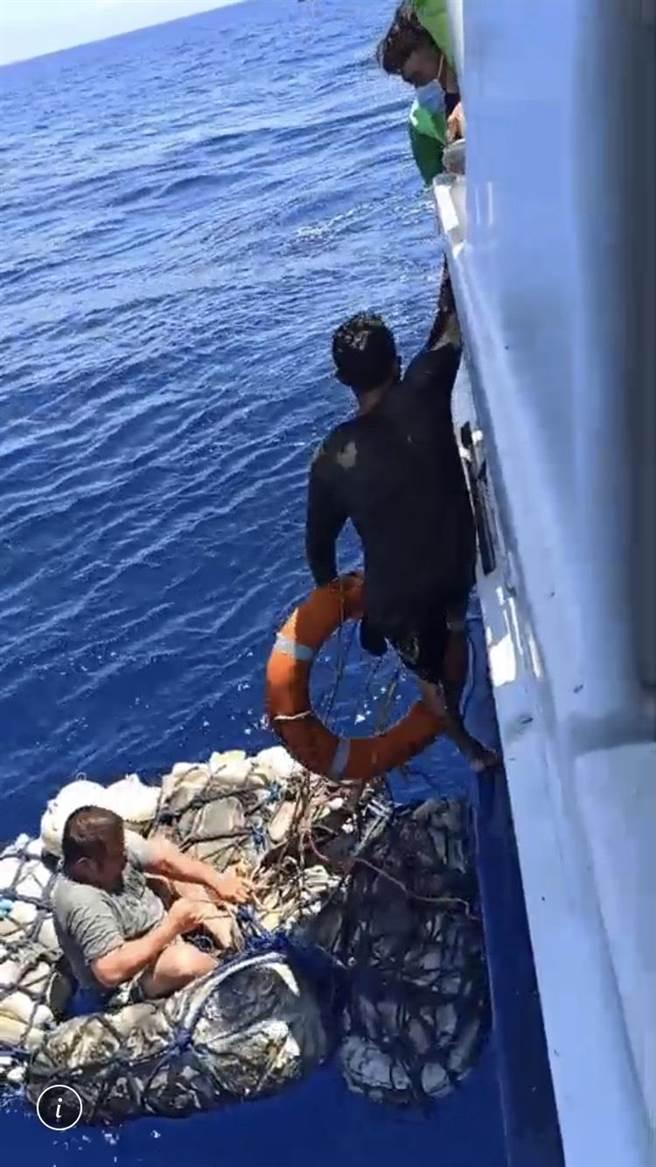 琉球籍「漁順昇168號」漁船5日晚間觸礁鵝鑾鼻南方七星岩海域後,船上3人(2台1印)終於7日上午平安獲救。(交通船「綠島之星3號」提供/謝佳潾屏東傳真)