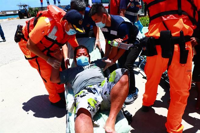 琉球籍「漁順昇168號」漁船5日晚間觸礁鵝鑾鼻南方七星岩海域後,船上3人(2台1印)終於7日上午平安獲救。(謝佳潾攝)