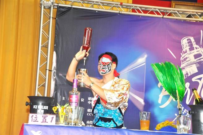 花式調酒比調酒技藝也在比創意,連台灣的陣頭文化都成為選手的創意造型。(吳敏菁攝)