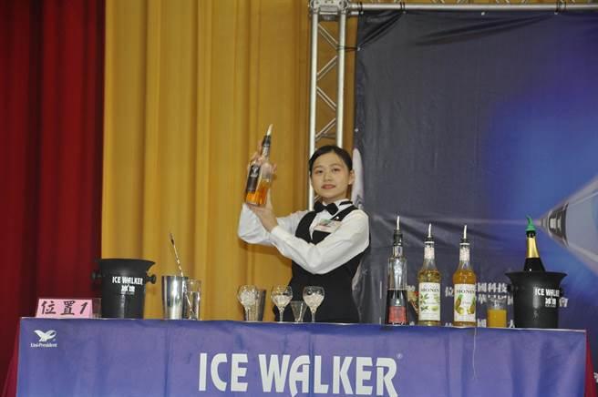 傳統調酒競賽儀態較為文雅。(吳敏菁攝)