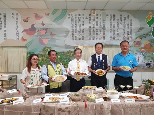農糧署長胡忠一(中)帶隊參訪台南富梨產區及加工廠。(官田農會提供/劉秀芬台南傳真)