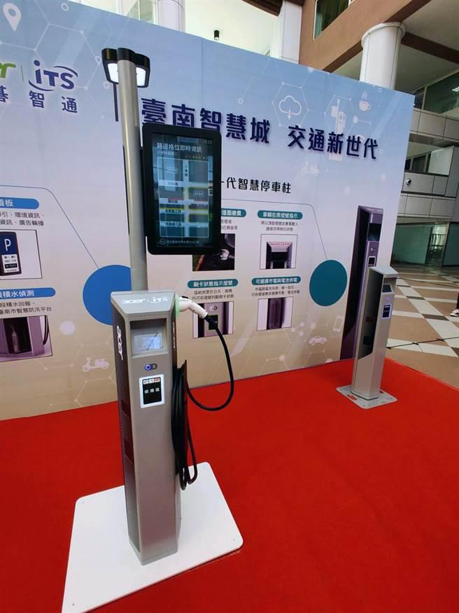宏碁智通公司研發的新一代智慧停車計費系統(左),與第一期的智慧停車柱(右),在外觀上有所差別。(洪榮志攝)