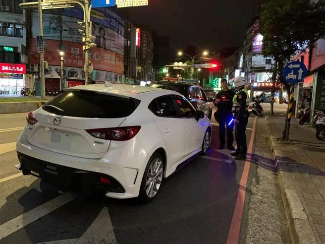 自小客車駕駛酒駕昏睡車內,驚醒撞上警車。(新北市保安警察大隊提供)