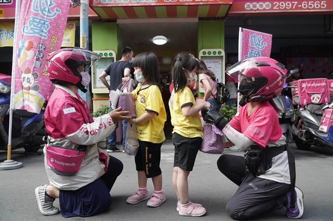 快遞員協助小朋友將親手製作餐點送給媽媽。(幼愛幼兒園提供)