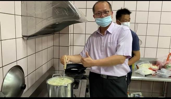 金湖分局長何明祥親自下廚燒了一鍋地方美食「廣東粥」,邀請6位女性同仁共進愉快午餐。(警方提供)