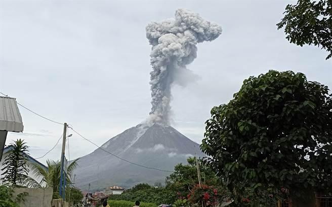 印尼西納彭火山爆發,噴出高達2800公尺的巨大煙灰柱。(圖/美聯社)