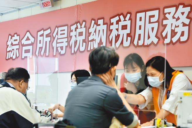 財政部長蘇建榮表示,受惠今年經濟成長率維持較高水準,稅收有機會超出預算數,軍公教明年將有望調薪。圖為民眾報稅情形。(本報資料照片)