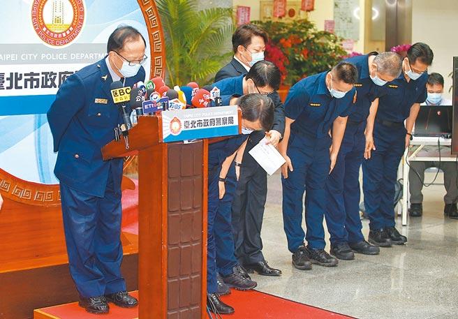 松山分局黑人之亂惹議,台北市警局日前公布關鍵的96秒監視器畫面自清,台北市警局長陳嘉昌(左)率警察向社會致歉。(本報資料照片)
