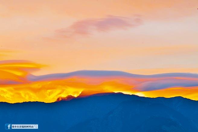 漫步在雲端的阿里山版主黃源明5日在小笠原觀景台拍下玉山山脈上方出現莢狀火燒雲大景,讓網友驚艷。(黃源明提供/張亦惠嘉縣傳真)