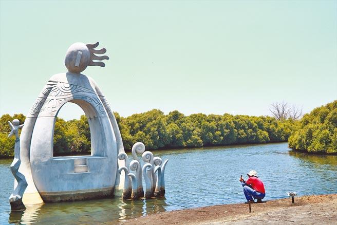 東港鵬村溼地的裝置藝術「造物手」紅遍國際,繼上月榮獲美國繆思設計大獎雕塑設計銀獎後,近來又奪下2021年義大利A'設計大獎。(謝佳潾攝)