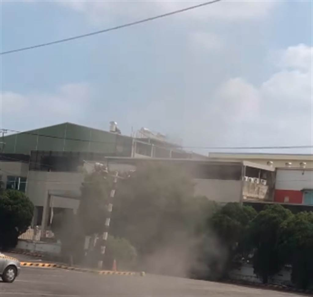 台灣駕訓班出現「龍捲風」,讓在場練車的學員都看傻,引發網友熱議,堪稱是地獄級的路考。(圖/翻攝自路上觀察學院)