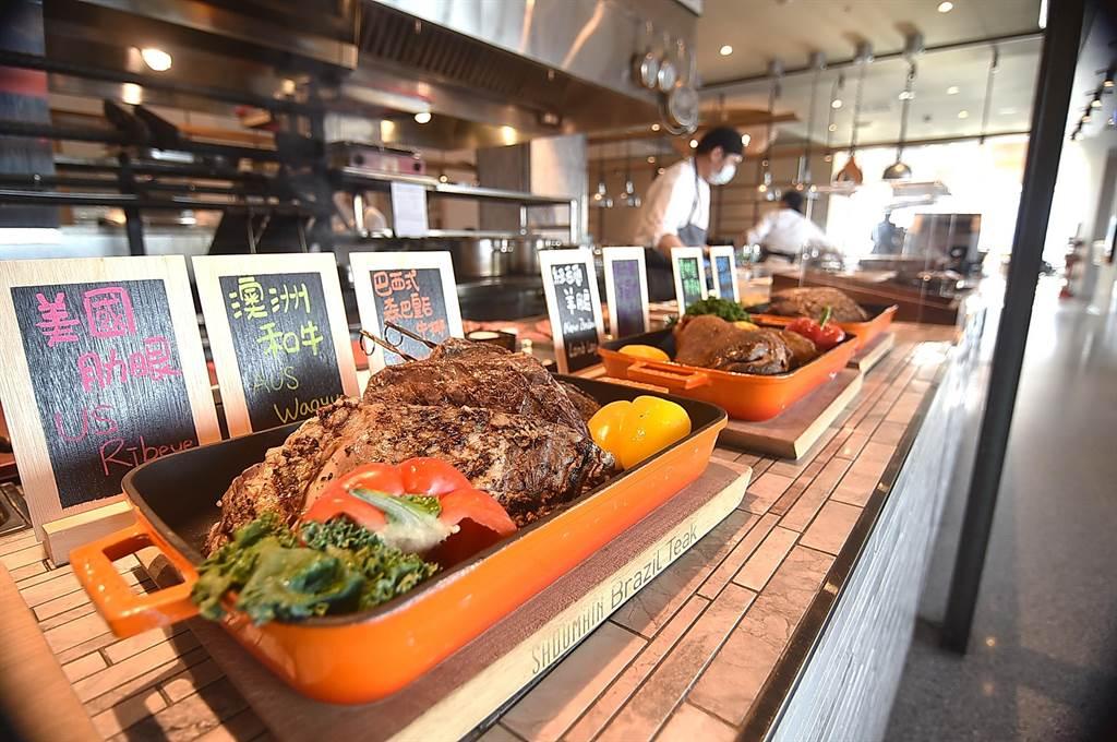 台北松山意舍酒店〈Que 原木燒烤餐〉,假日晚餐改以「Full Buffet」全自助餐型式供應,取餐檯上提供各種牛排吃到飽。(圖/姚舜)