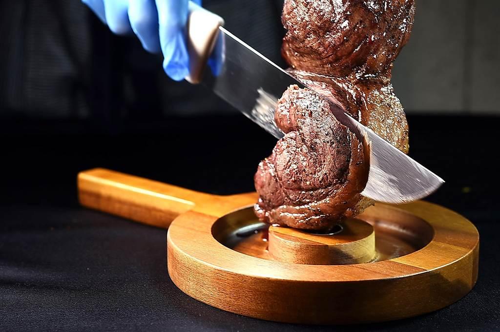 松山意舍〈Que〉餐廳的〈巴西式森巴皇后牛排〉,在自助餐檯上,客人現點、廚師現場厚切,光看就很過癮。(圖/姚舜)