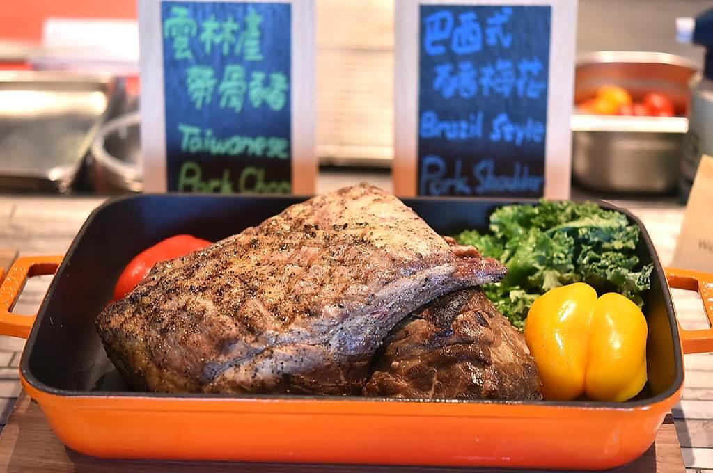 松山意舍酒店〈Que〉餐廳的大塊燒烤豬排,是採用雲林究好豬的里肌肉烤製。(圖/姚舜)