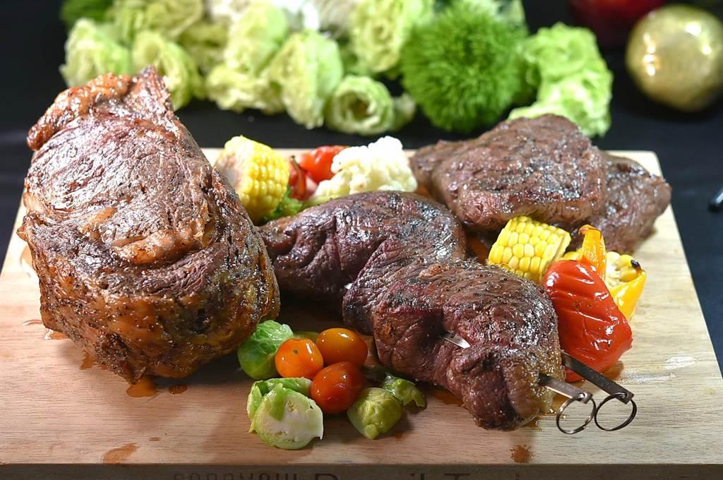 松山意舍〈Que〉餐廳,美國肋眼牛排(左起)、巴西皇后牛排,以及澳洲和牛翼板牛排,全都可以現點、現削/切,吃到飽。(圖/姚舜)