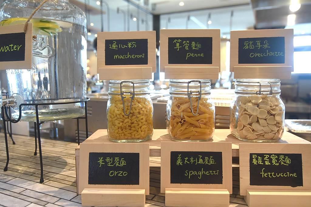 松山意舍酒店〈Que〉餐廳假日晚餐,可任選不同的Pasta,請廚師按自己想要的口味現點現炒。(圖/姚舜)