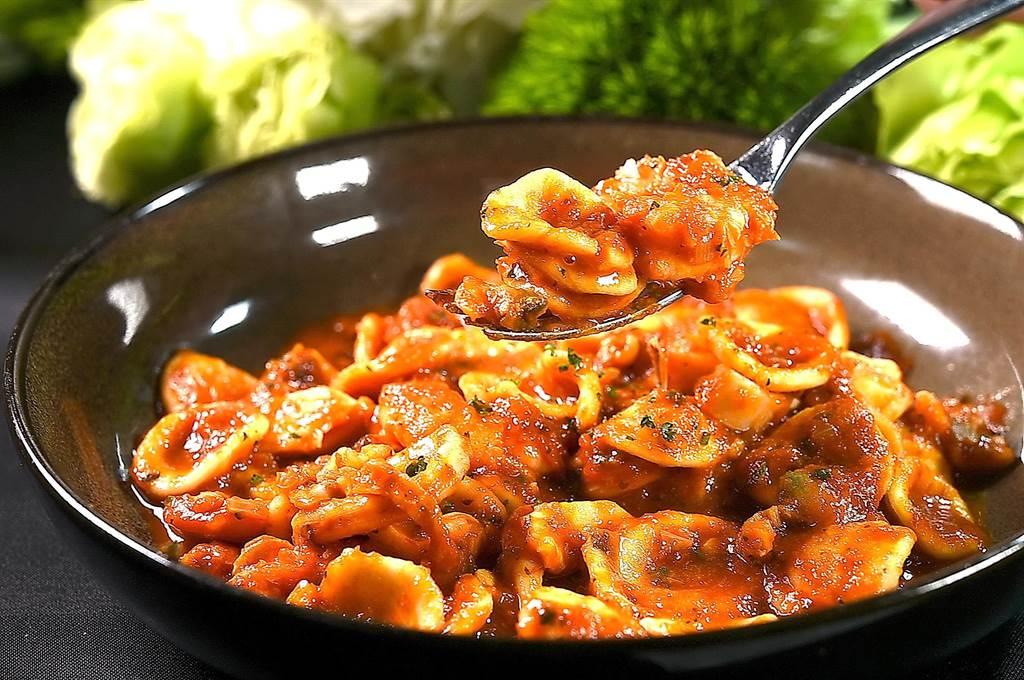 〈紅茄海鮮貓耳朵麵〉的紅醬是用番茄、番茄汁、蔬菜與巴西里製作,麵中有透抽、海瓜子和白蝦等海鮮食材。(圖/姚舜)