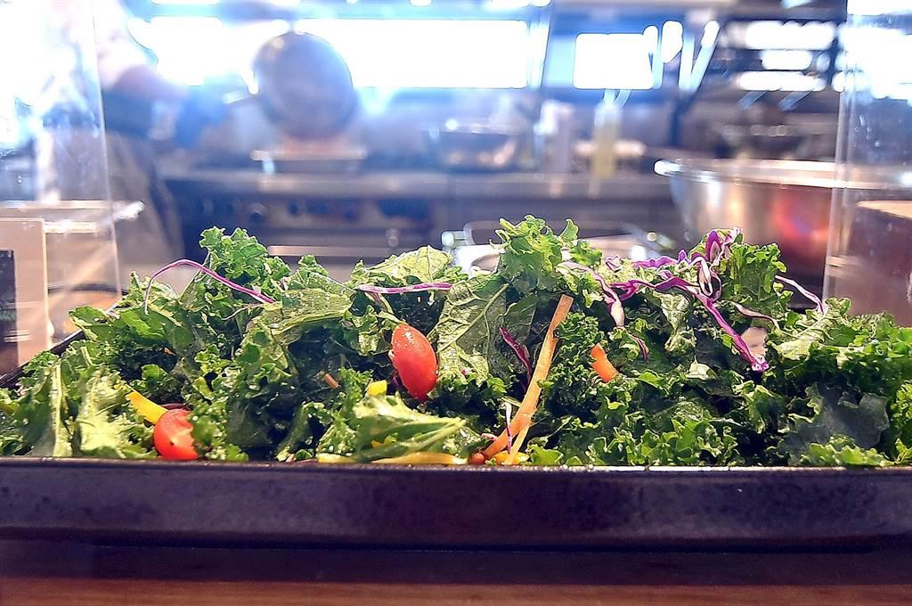〈Que原木燒烤餐廳〉自助餐檯沙拉區,也有用油醋提味的〈羽衣甘藍沙拉〉讓客人自由取食。(圖/姚舜)