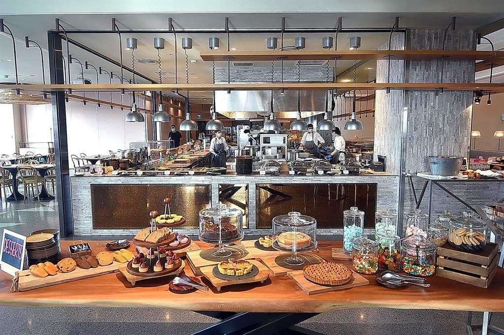 松山意舍酒店〈Que〉原木燒烤餐廳假日晚餐除牛、羊、豬排吃到飽,甜點的選擇也很多樣。(圖/姚舜)