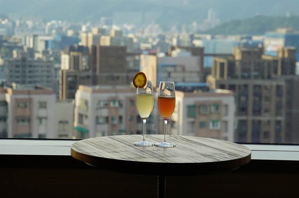 位在松山意舍酒店17樓的〈Que〉原木燒烤餐廳,除採光明亮並有不錯的景觀視野。(圖/姚舜)