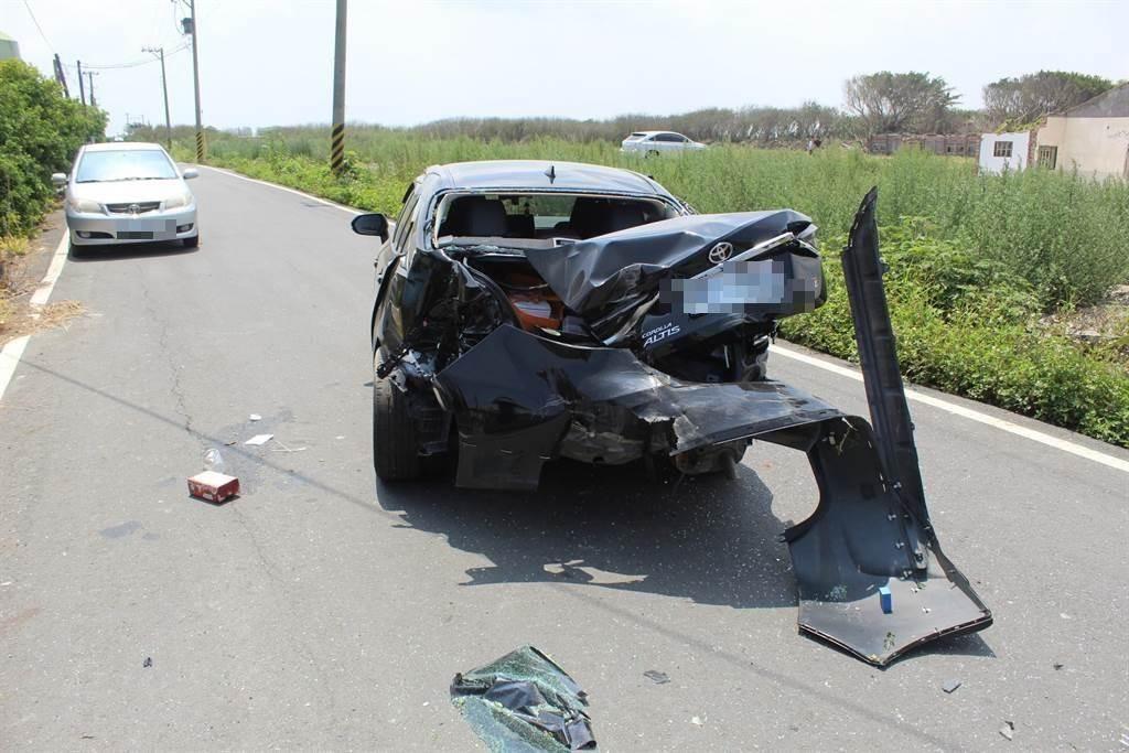 許女駕駛廂型車載著親友在芳寮路上撞擊一輛自小客車,副駕駛座兒子受困夾在車內,失去生命跡象。(警方提供/謝瓊雲彰化傳真)